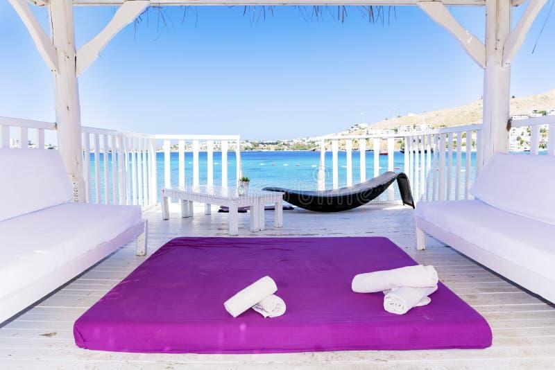 Sobre bungalows de madeira da água com opinião da cama e do mar dos termas fotos de stock royalty free