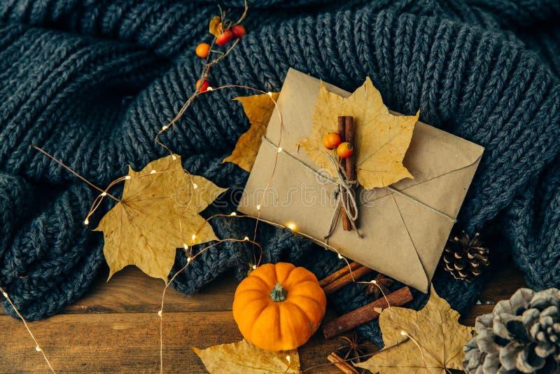 Sobre, canela y hojas del arte Concepto del fondo del otoño imagenes de archivo