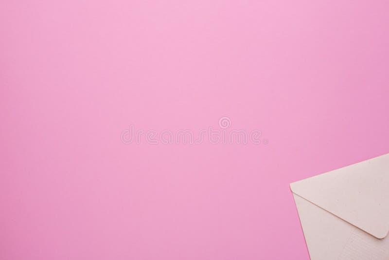 Sobre cerrado en un fondo rosado foto de archivo