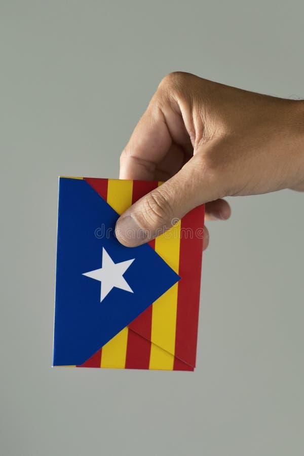 Sobre con la bandera catalana de la favorable-independencia fotos de archivo