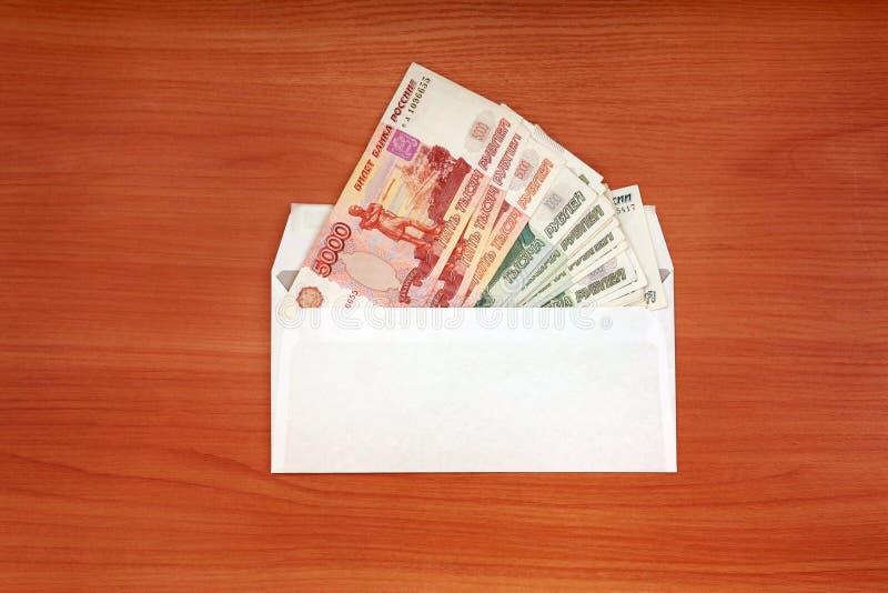 Sobre con un dinero ruso fotos de archivo