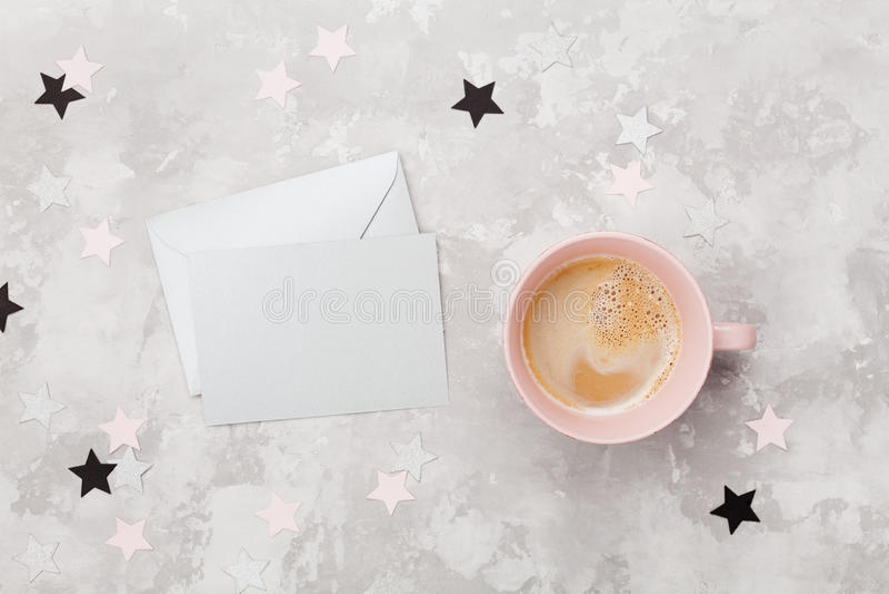 Sobre con la tarjeta y la taza de café vacías en la opinión de la mesa del funcionamiento de la mujer Endecha plana Invitación de imagen de archivo