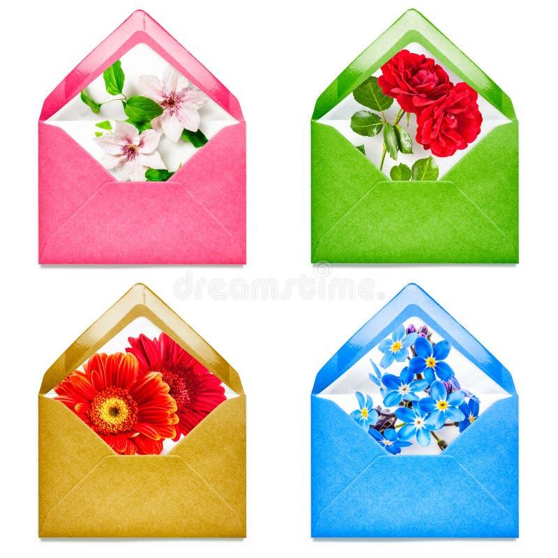 Sobre con las flores foto de archivo