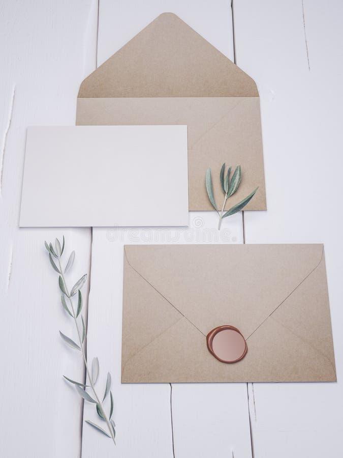 Sobre con una invitación que se casa elegante Maqueta de la tarjeta del lugar imagenes de archivo