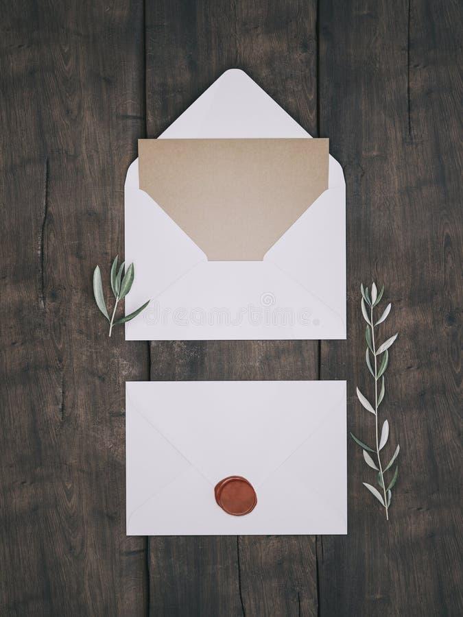 Sobre con una invitación que se casa elegante Maqueta de la tarjeta del lugar imágenes de archivo libres de regalías