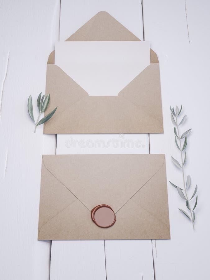 Sobre con una invitación que se casa elegante Maqueta de la tarjeta del lugar fotografía de archivo