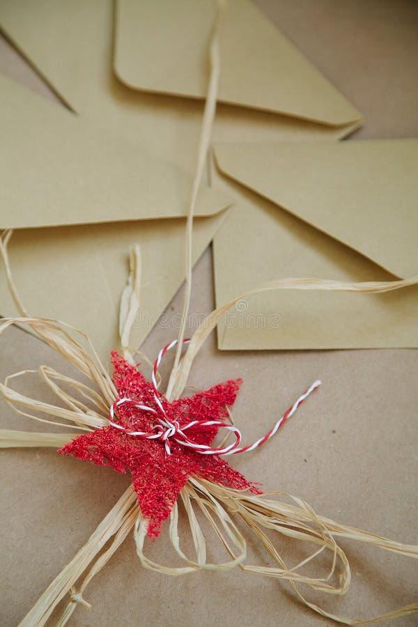 Sobre de Brown en fondo del vintage con las decoraciones festivas fotografía de archivo libre de regalías