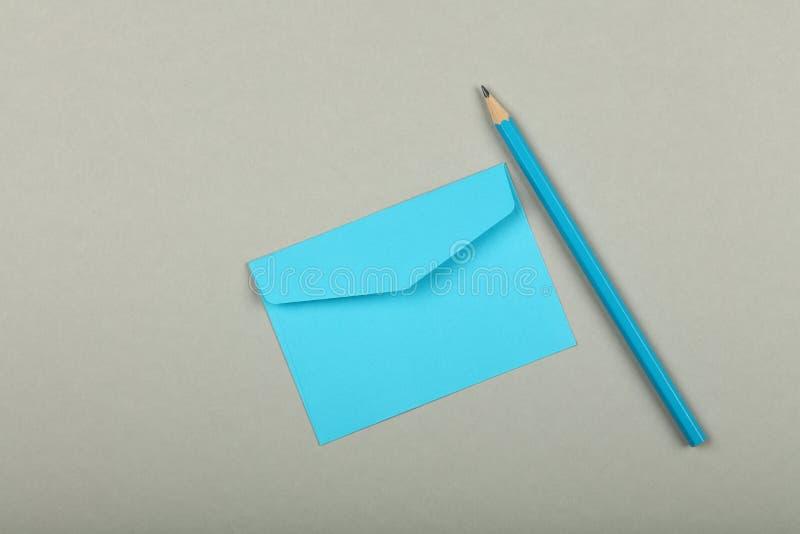 Sobre de papel azul cerrado sobre gris imagen de archivo