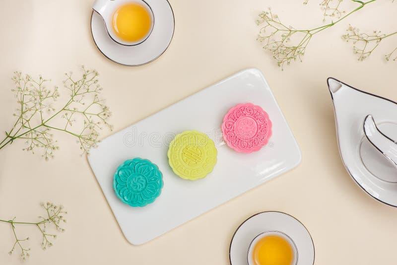Sobre del mooncake colorido en plato con la taza de té en fondo fotos de archivo libres de regalías