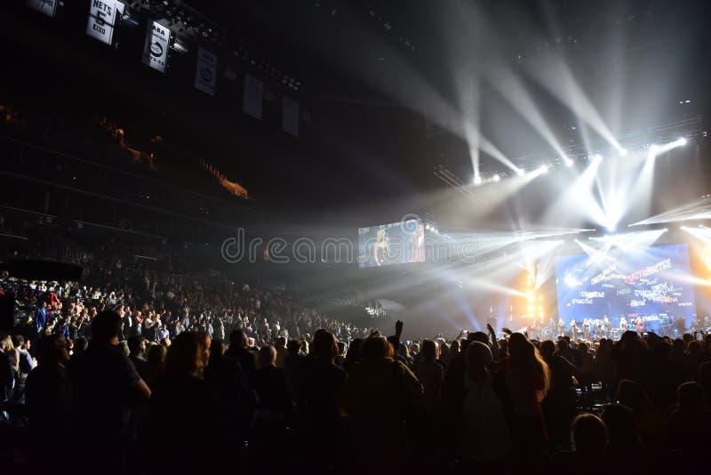Sobre diez milésimos la gente asiste al 50.o concierto del cumpleaños del año de Viktor Drobysh en Barclay Center imagen de archivo