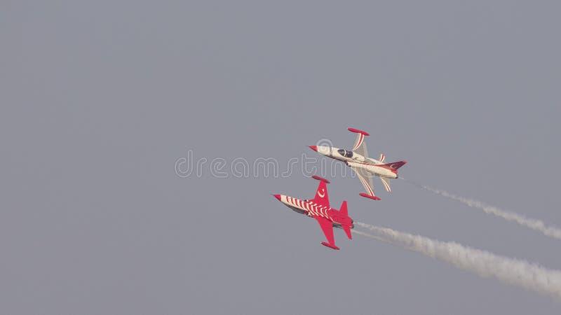 Sobre e sob a opinião a equipe Aerobatic das estrelas do turco em uma formação de 2 aviões foto de stock royalty free