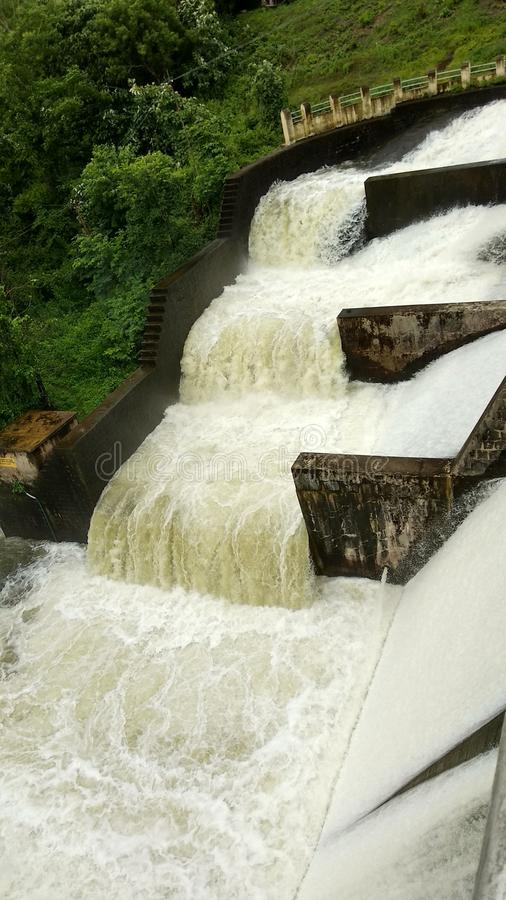 Sobre el flujo de agua en una presa imágenes de archivo libres de regalías