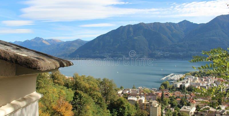 Sobre el lago locarno con las montañas y la opinión de la ciudad imagen de archivo