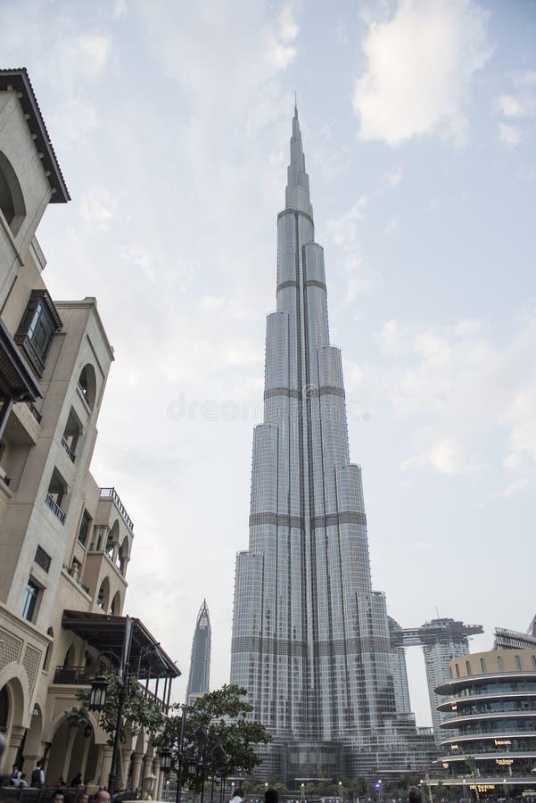 Sobre el rascacielos de gran altura Burj Khalifa en tiempo soleado imagen de archivo
