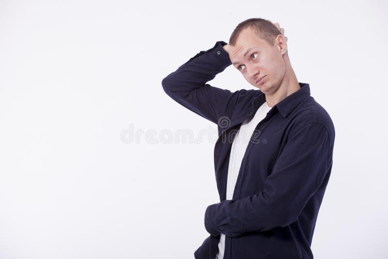 Sobre hombre moreno joven del fondo blanco en la camiseta blanca, p foto de archivo libre de regalías