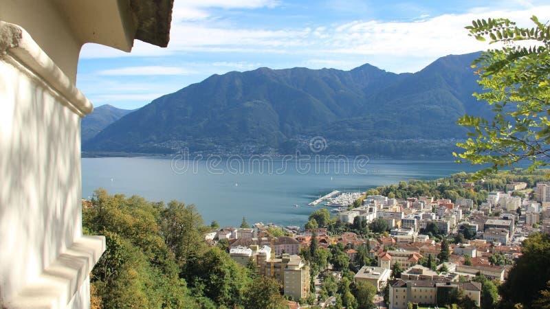 Sobre la opinión del lago y de la ciudad locarno imagen de archivo