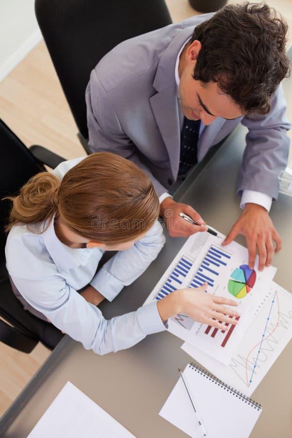 Sobre la opinión los hombres de negocios que analizan datos imagen de archivo libre de regalías