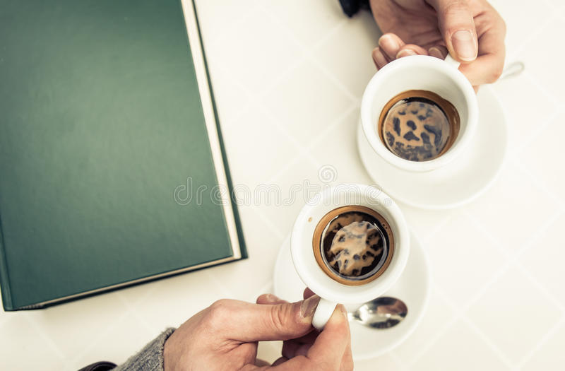 Sobre la opinión sobre dos tazas de café fotos de archivo