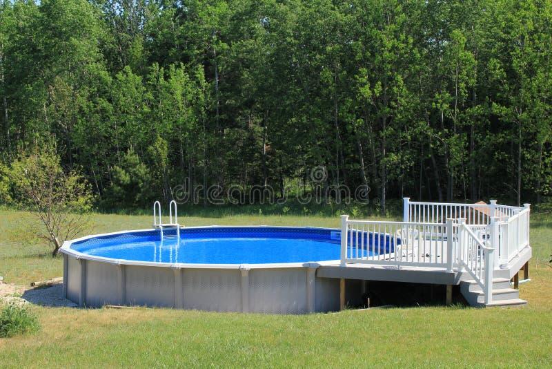 Sobre la piscina de tierra imagenes de archivo