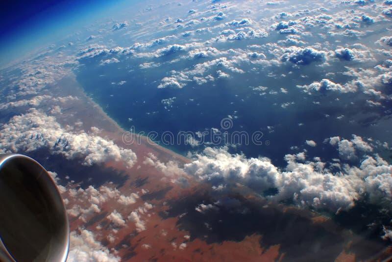 Sobre la tierra, océano, nubes imagen de archivo
