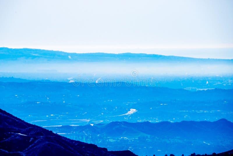 Sobre la vista de capas de montañas fotografía de archivo