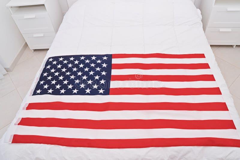 Sobre la vista de los E.E.U.U. Estados Unidos de la bandera americana en la manta blanca imagen de archivo libre de regalías