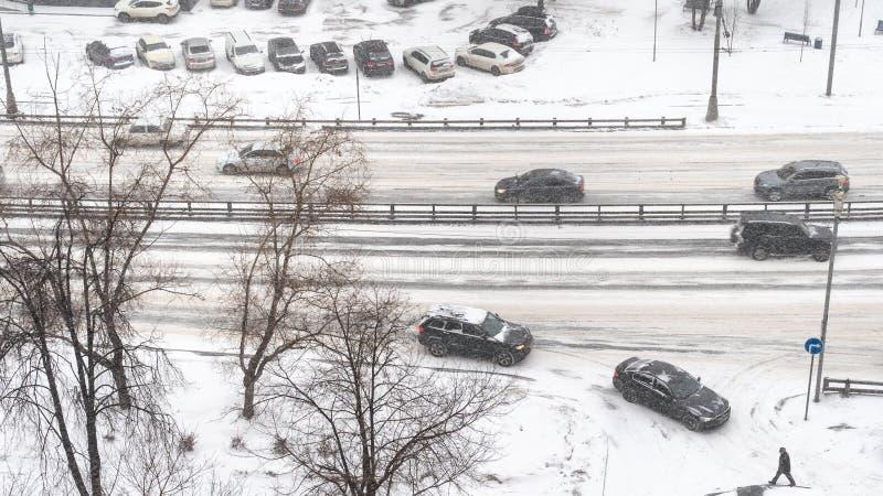 Sobre la vista del tráfico de coche en la calle en nevadas imágenes de archivo libres de regalías