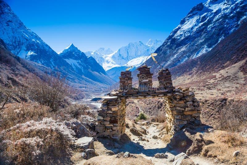 sobre las montañas de Himalaya ajardina fotografía de archivo