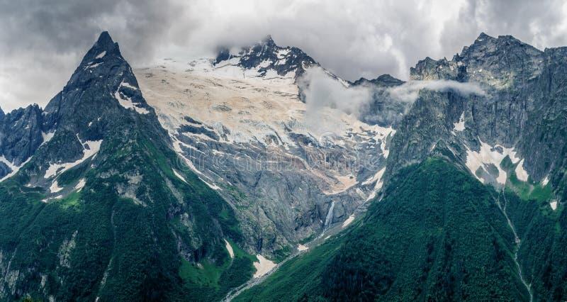 Sobre las montañas y los glaciares fotografía de archivo