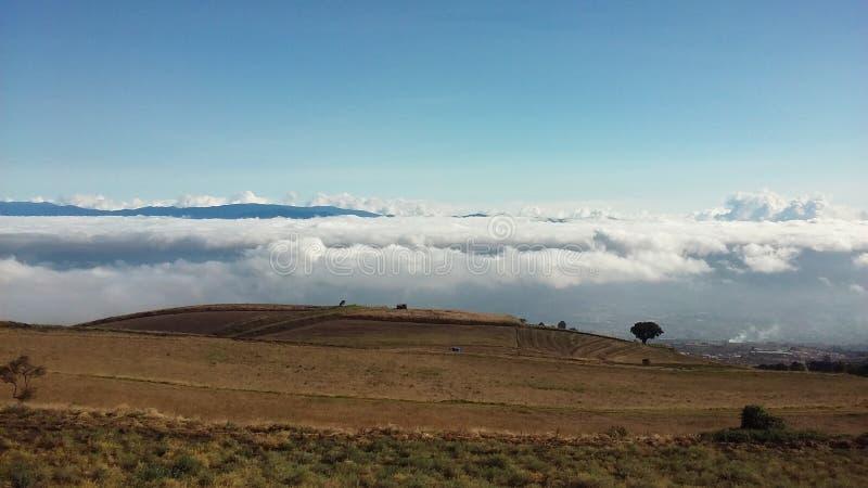 Sobre-las nubes stockbilder