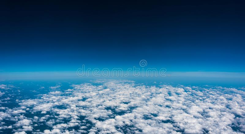 Sobre las nubes El vuelo del día de fiesta, ve hacia fuera la ventana del avión de aire foto de archivo libre de regalías