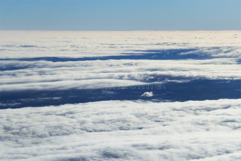 Sobre las nubes que fluyen imagen de archivo
