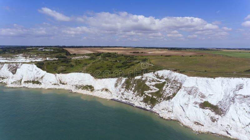 Sobre los acantilados blancos de Dover tomados del mar imagen de archivo libre de regalías