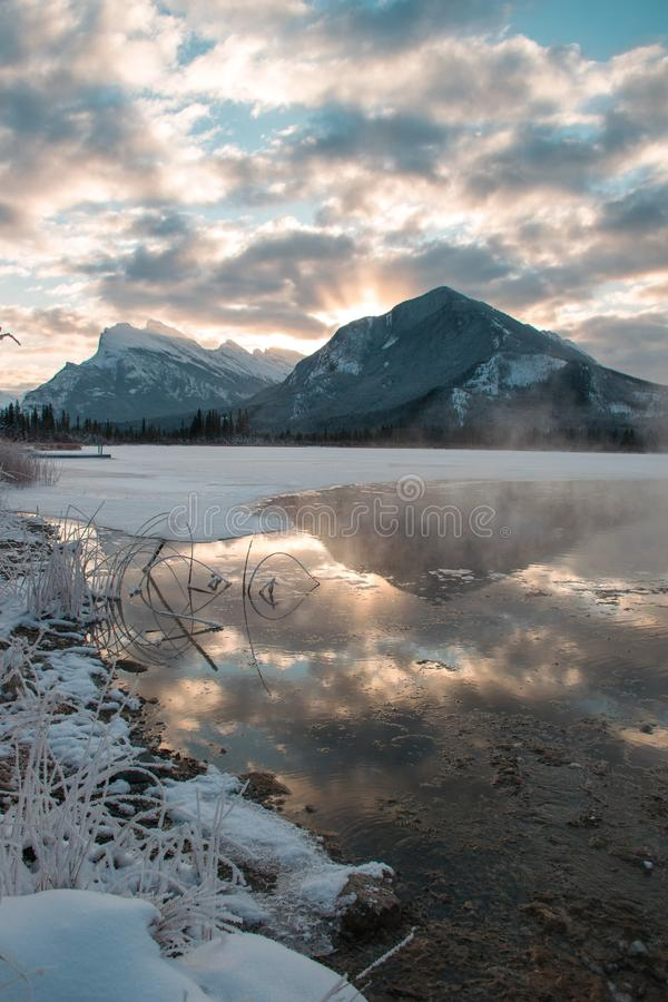 Sobre Mt Rundle de los rayos ligeros durante una salida del sol canadiense hermosa imagenes de archivo