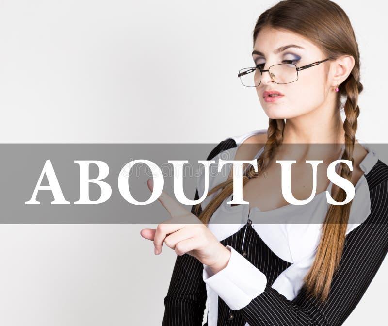 Sobre nós escritos na tela virtual o secretário 'sexy' em um terno de negócio com vidros, imprensas abotoa-se em telas virtuais imagens de stock