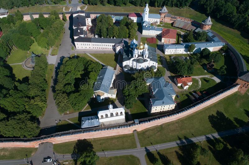 Sobre o Kremlin de Veliky Novgorod na fotografia aérea da tarde ensolarada de junho Rússia imagem de stock royalty free