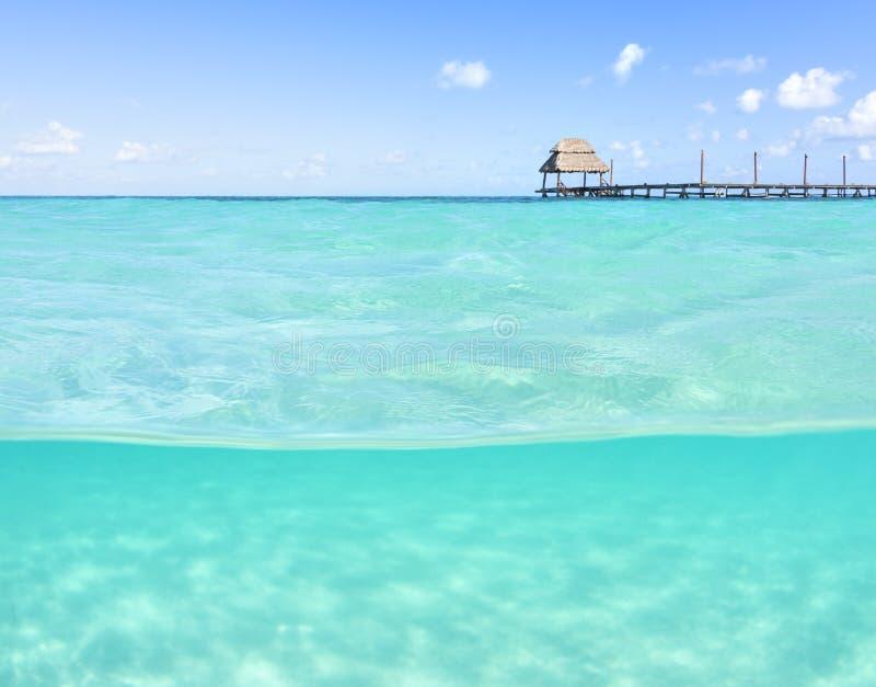 Sobre o mar tropical raso inferior com doca de madeira fotos de stock royalty free