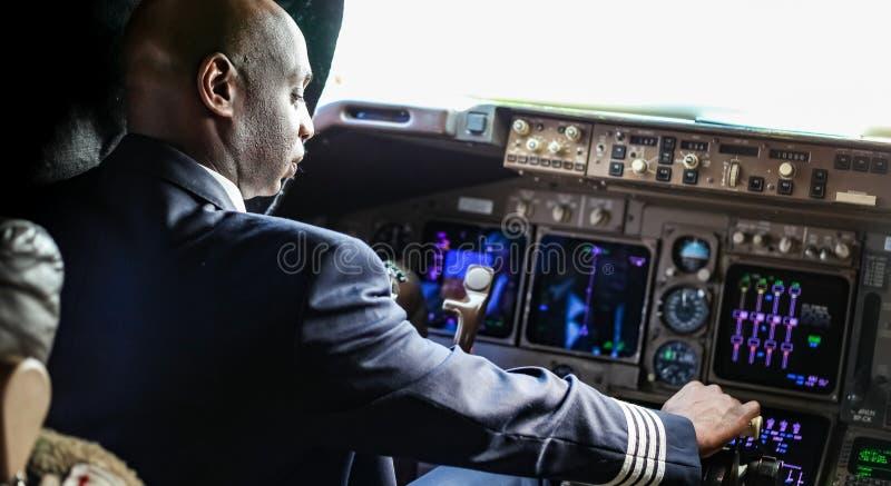 Sobre o ombro de um piloto africano em uma cabina do piloto enorme fotografia de stock royalty free