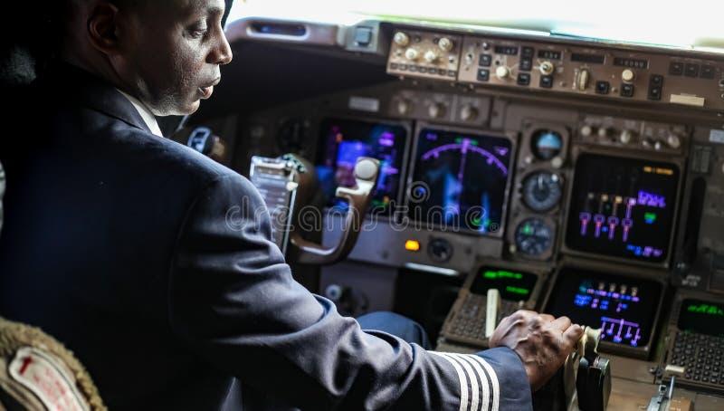 Sobre o ombro de um piloto africano em uma cabina do piloto enorme imagem de stock