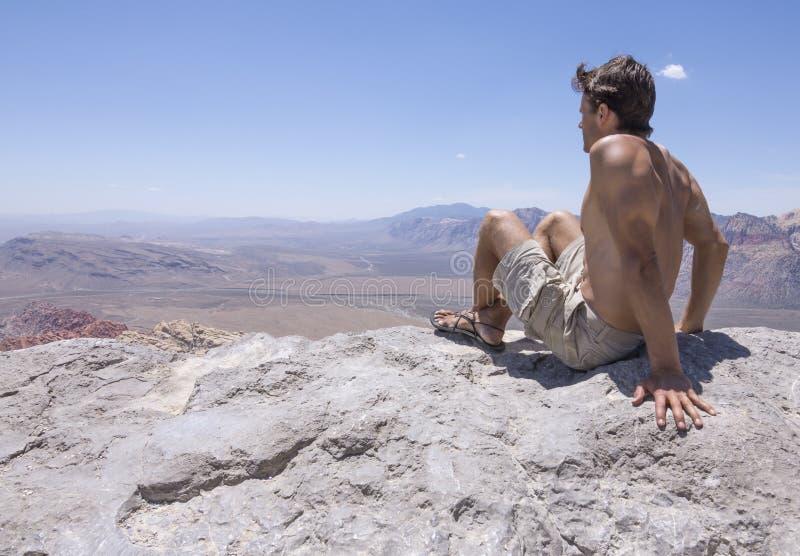 Sobre o pico de montanha foto de stock