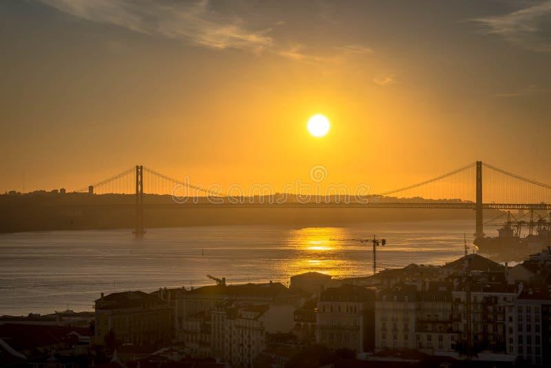 Sobre o Tejo de Ponte, em Lisboa, Portugal fotos de stock