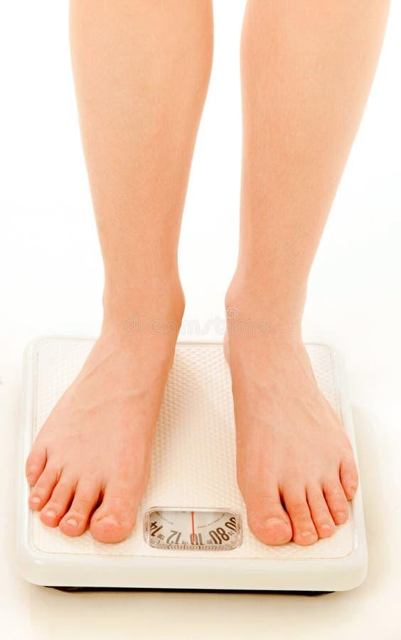 Sobre os pés do peso na escala imagens de stock
