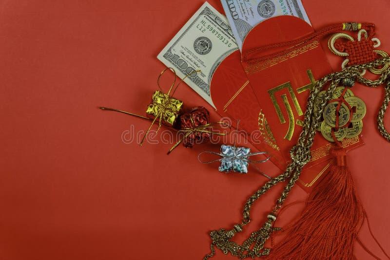 Sobre rojo chino del saludo del Año Nuevo, dinero afortunado del dólar para el regalo imagenes de archivo