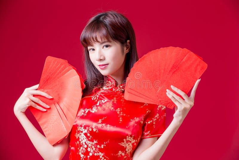Sobre rojo de la demostración china de la mujer fotos de archivo libres de regalías
