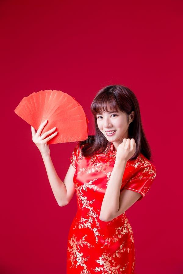 Sobre rojo de la demostración de la mujer de Cheongsam fotos de archivo libres de regalías