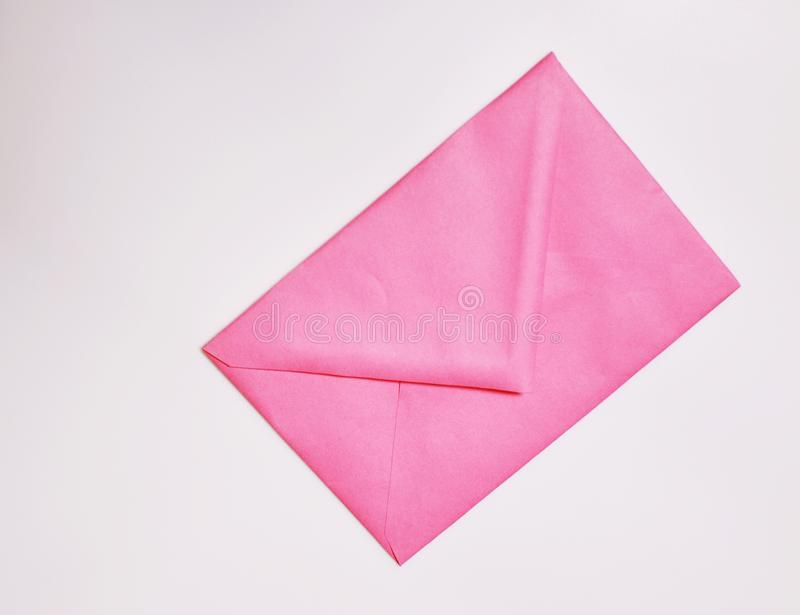 Sobre rosado cerrado en el fondo blanco fotografía de archivo libre de regalías