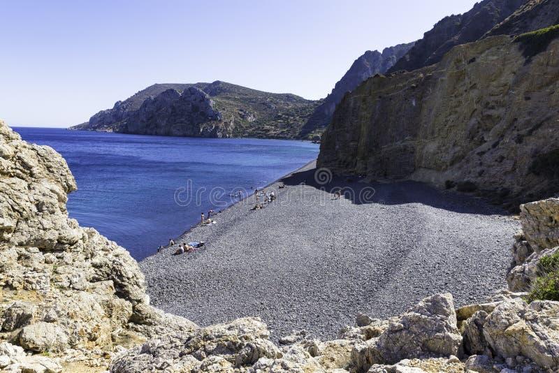 Sobre todo gente local que usa otro lado de la playa de Mavra Volia foto de archivo libre de regalías