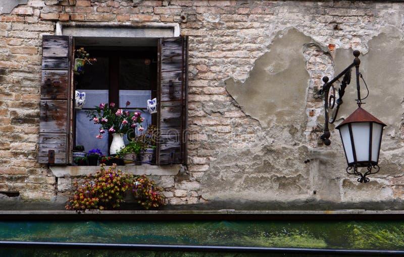 Sobre una ventana y una linterna imágenes de archivo libres de regalías
