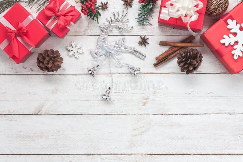 Sobre vista de las decoraciones de la Feliz Navidad y del concepto de los ornamentos de la Feliz Año Nuevo fotos de archivo libres de regalías