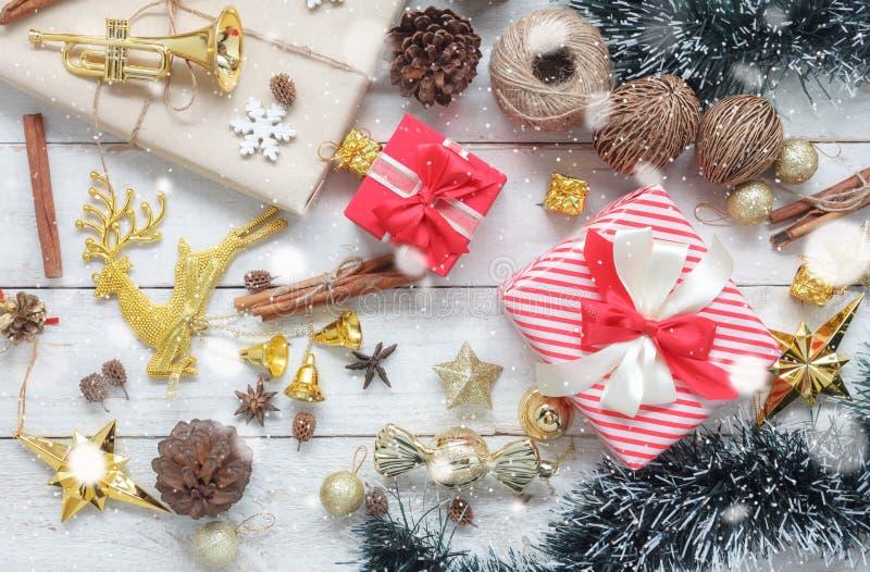 Sobre vista de las decoraciones de la Feliz Navidad y del concepto de los ornamentos de la Feliz Año Nuevo foto de archivo libre de regalías